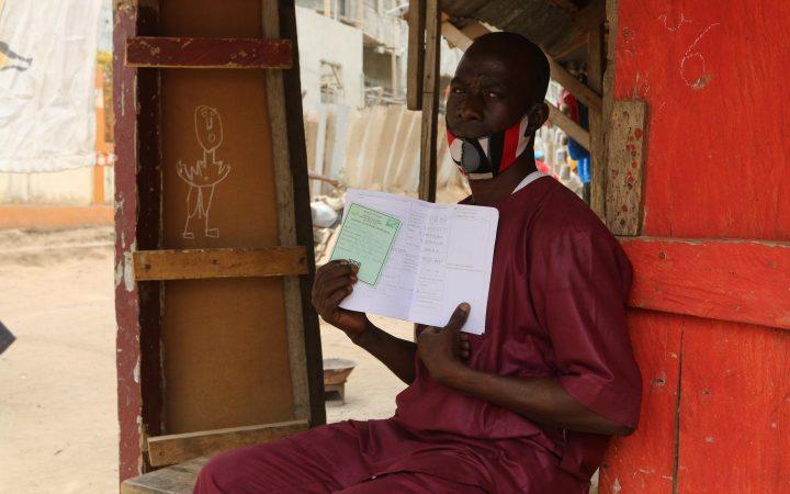 SANTE : Lancinet Kourouma, un guérisseur traditionnel se fait vacciner contre Ebola
